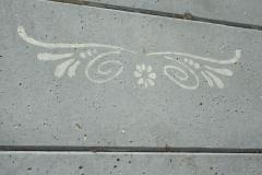 Wat een aardig sjabloon op een saaie betonschutting kan doen.
