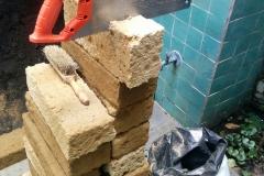 Aanleg verhoogde bak van tuffsteen blokken op schaduwlocatie.