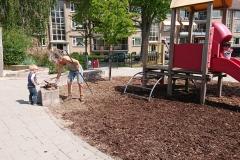 Aan het werk op het schoolplein van Basisschool de Parachute te Voorburg mei 2020